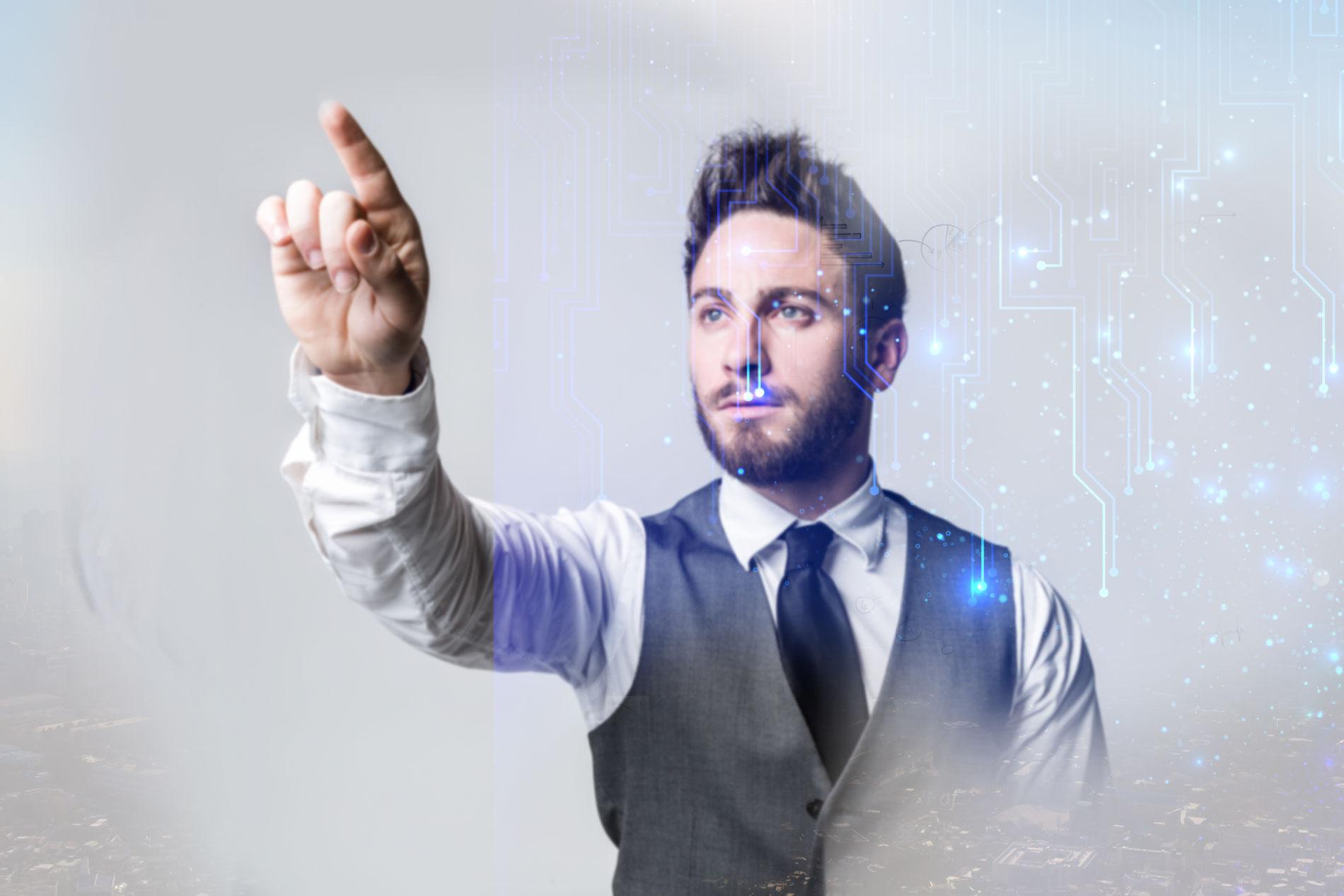 Hombre señalando una característica del software de seguros