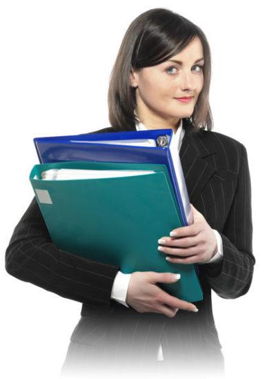 Mujer con carpetas en mano documentos del software de seguros